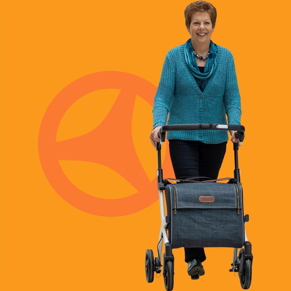 Vrouw loopt met een Rollz Flex rollator met grote boodschappentas