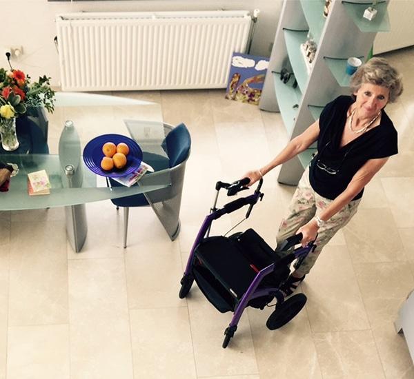 Vrouw gebruikt een Rollz Motion stabiele rollator in haar huis