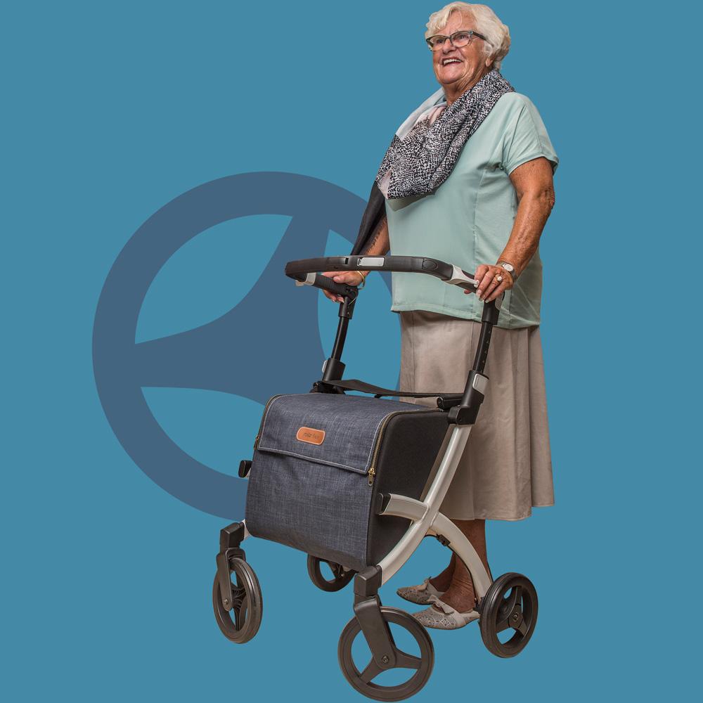 Vrouw ondersteund door een Rollz Flex lichtgewicht rollator