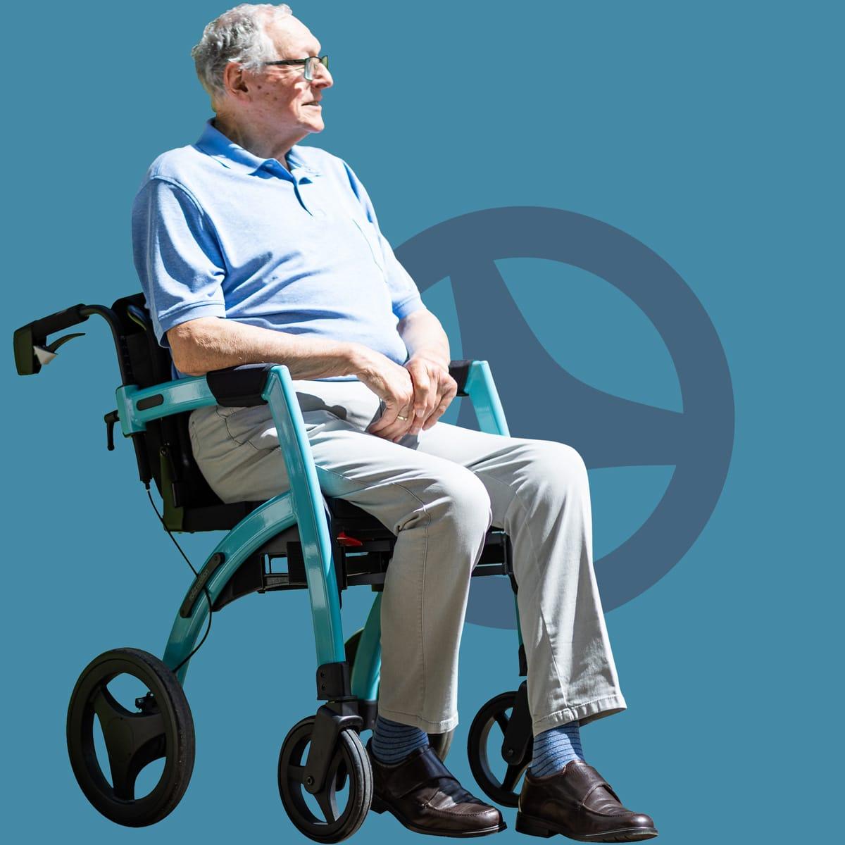 Senior zittend in een Rollz Motion rollator omgebouwd tot rolstoel