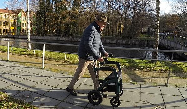 Parkinsonpatiënt die met een Parkinson-rollator loopt om freezing te overwinnen