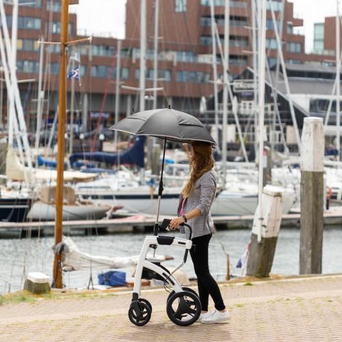 Jonge dame loopt met een Rollz Motion paraplu ter bescherming tegen de zon