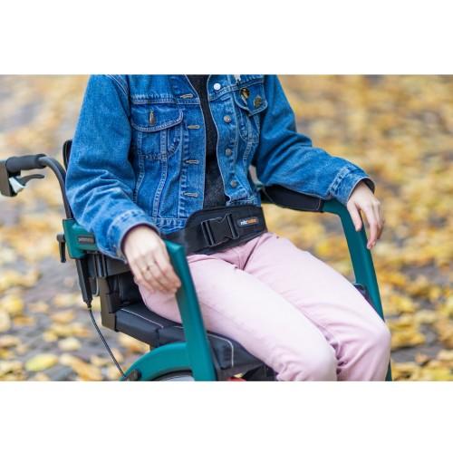 Rollz Motion veiligheidsgordel bevestigd aan de rolstoel