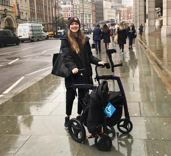 Jonge vrouw loopt met een Rollz Motion rollator in Londen.