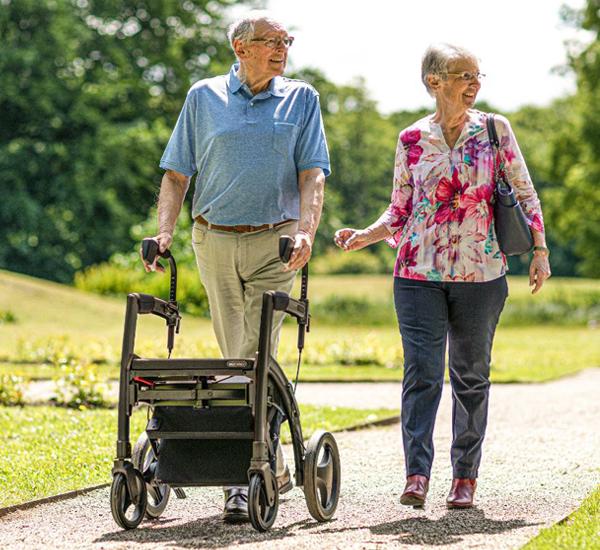 Man met mobiliteitsproblemen lopen ondersteund