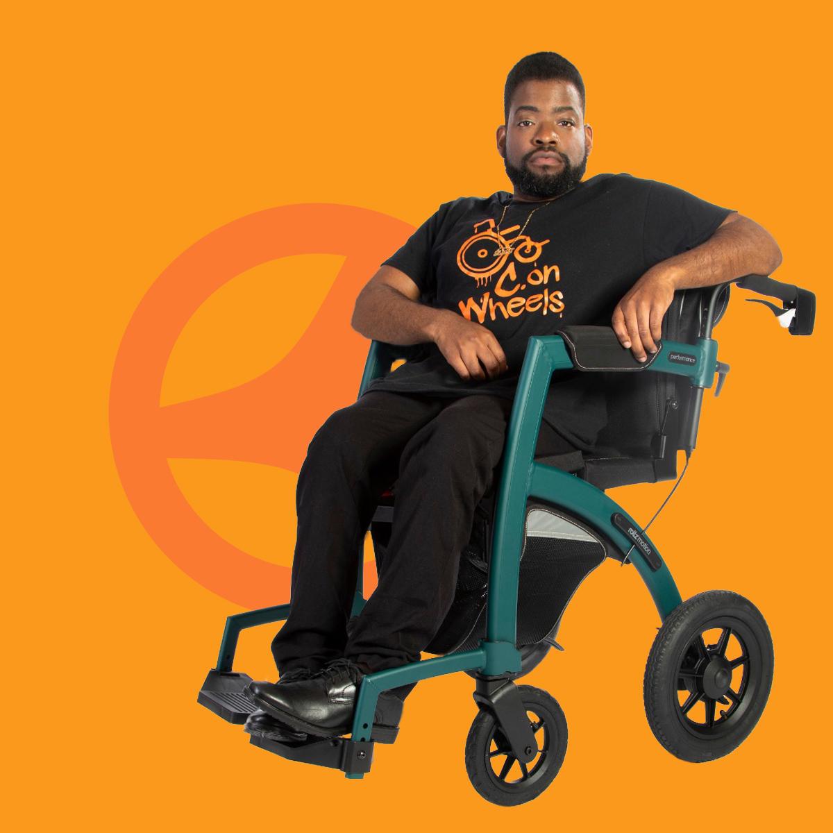 Jonge man zit in een comfortabele rolstoel