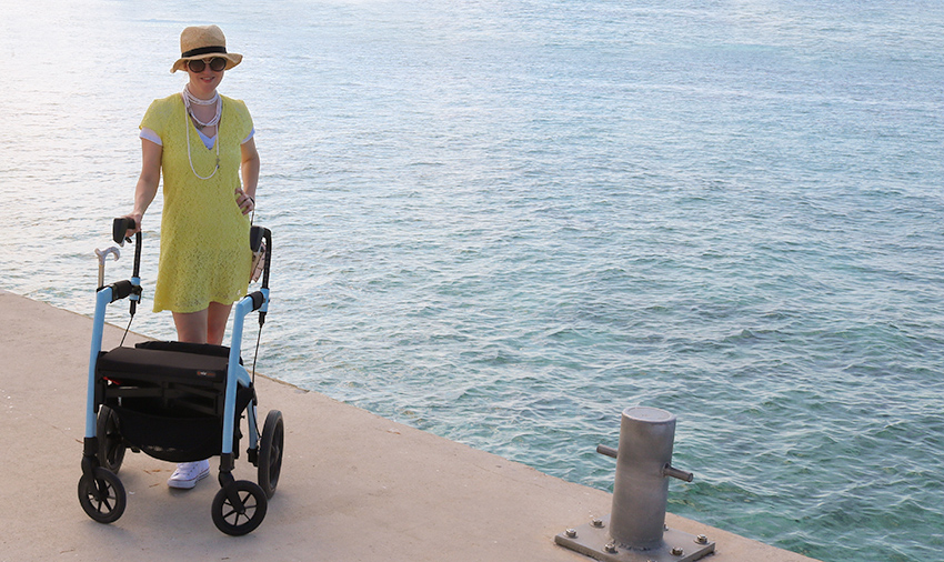 Vrouw met multiple sclerose geniet van een dagje uit met een Rollz Motion rollator