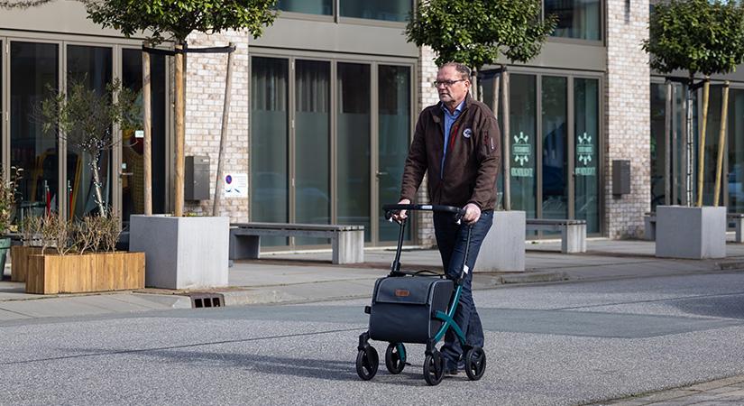 Man lopend met de nieuwe Rollz Flex 2 rollator in de stad