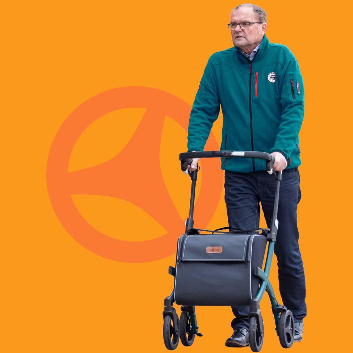 Man loopt met een Rollz Flex rollator met grote boodschappentas